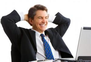 счастливый человек смотрящий на компьютер